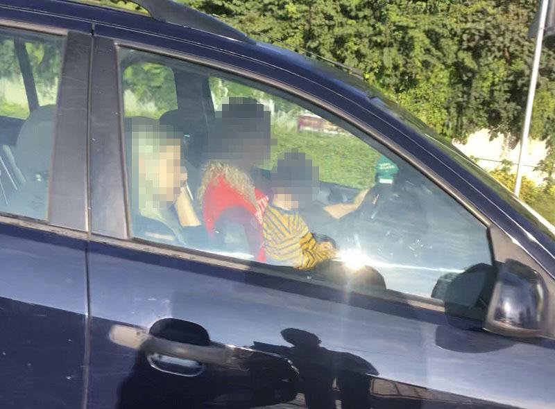 Matka prowadziła samochód z dzieckiem na kolanach