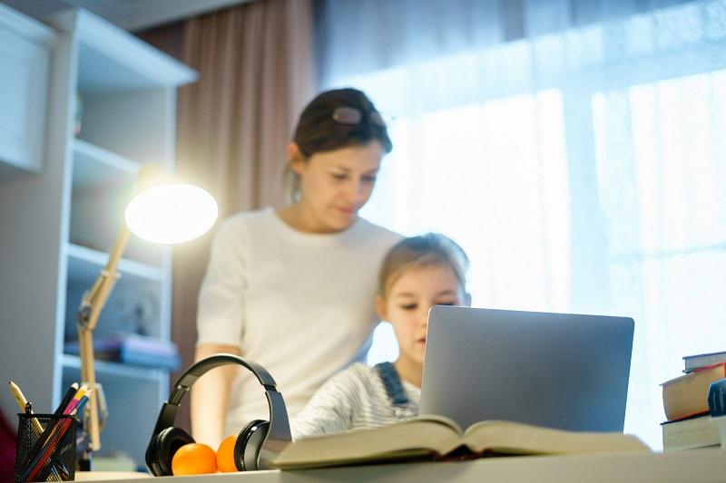 dziecko uczy się przed komputerem
