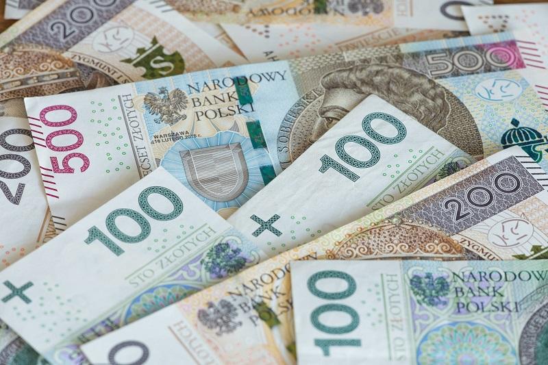 pieniądze gotówka 100 200 500 złotych