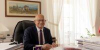 prezydent lublina krzysztof żuk podpisujący dokumenty