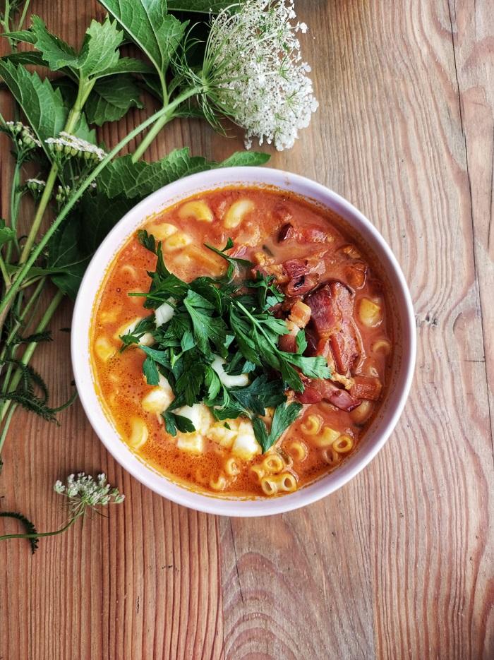 Zupa pomidorowa z makaronem, bekonem i mozzarellą w Ambaras