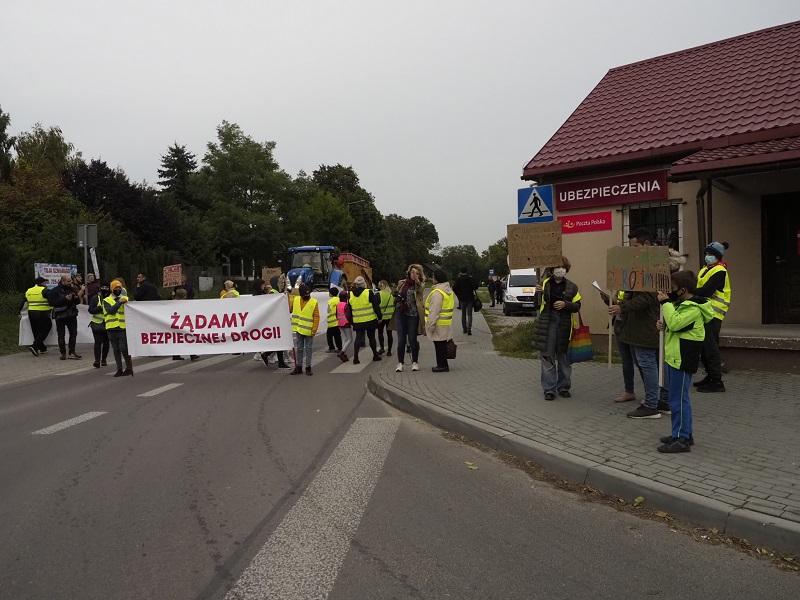 Mieszkańcy w ramach protestu zablokowali drogę w Krężnicy Jarej