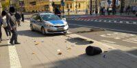 Policyjny radiowóz wjechał w znak drogowy i kosz na śmieci na Al. Racławickich