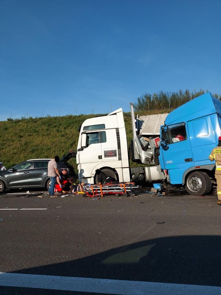 Zderzenie dwóch ciężarówek na drodze ekspresowej S17