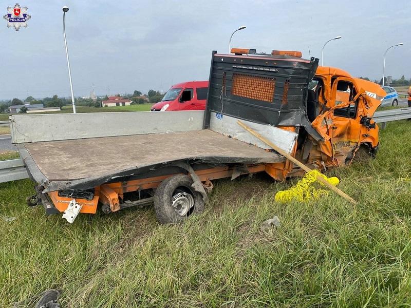 Zniszczony pojazd służby drogowej na obwodnicy Lublina
