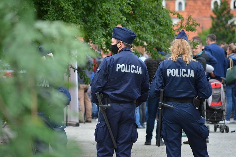 Policjanci na służbie w maseczkach