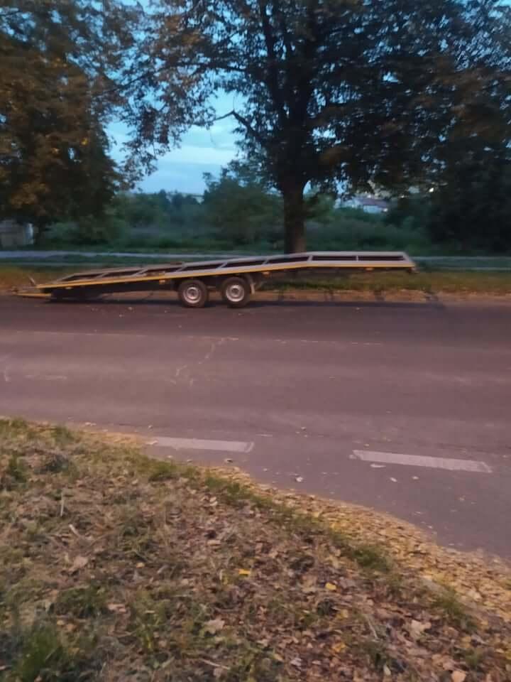 Przyczepa do przewozu pojazdów na ul. Glinianej