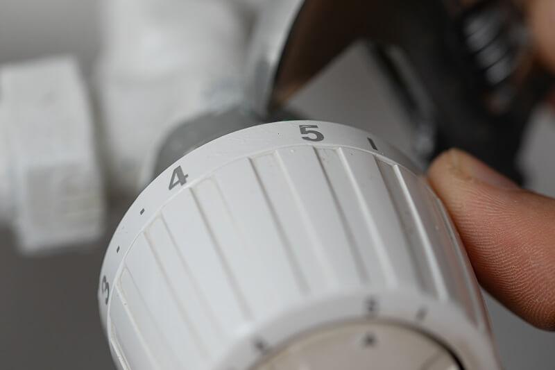 termostat grzejnikowy odkrecony grzejnik kaloryfer