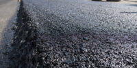 Układanie nowego asfaltu na drodze
