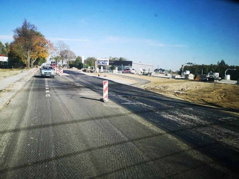 Układanie ścieralnej warstwy asfaltu na przeciwko węzła przesiadkowego na al. Kraśnickiej